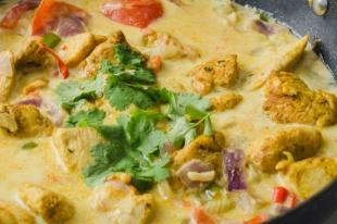 Wok de poulet au lait de coco et au deux curry